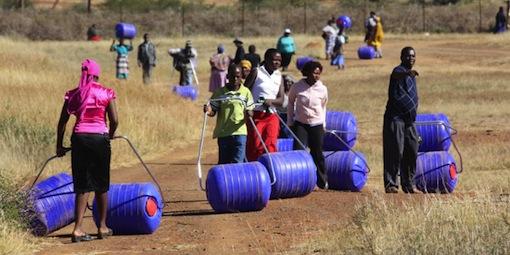 Deux Sud-Africains ont inventé un rouleau pour transporter l'eau facilement