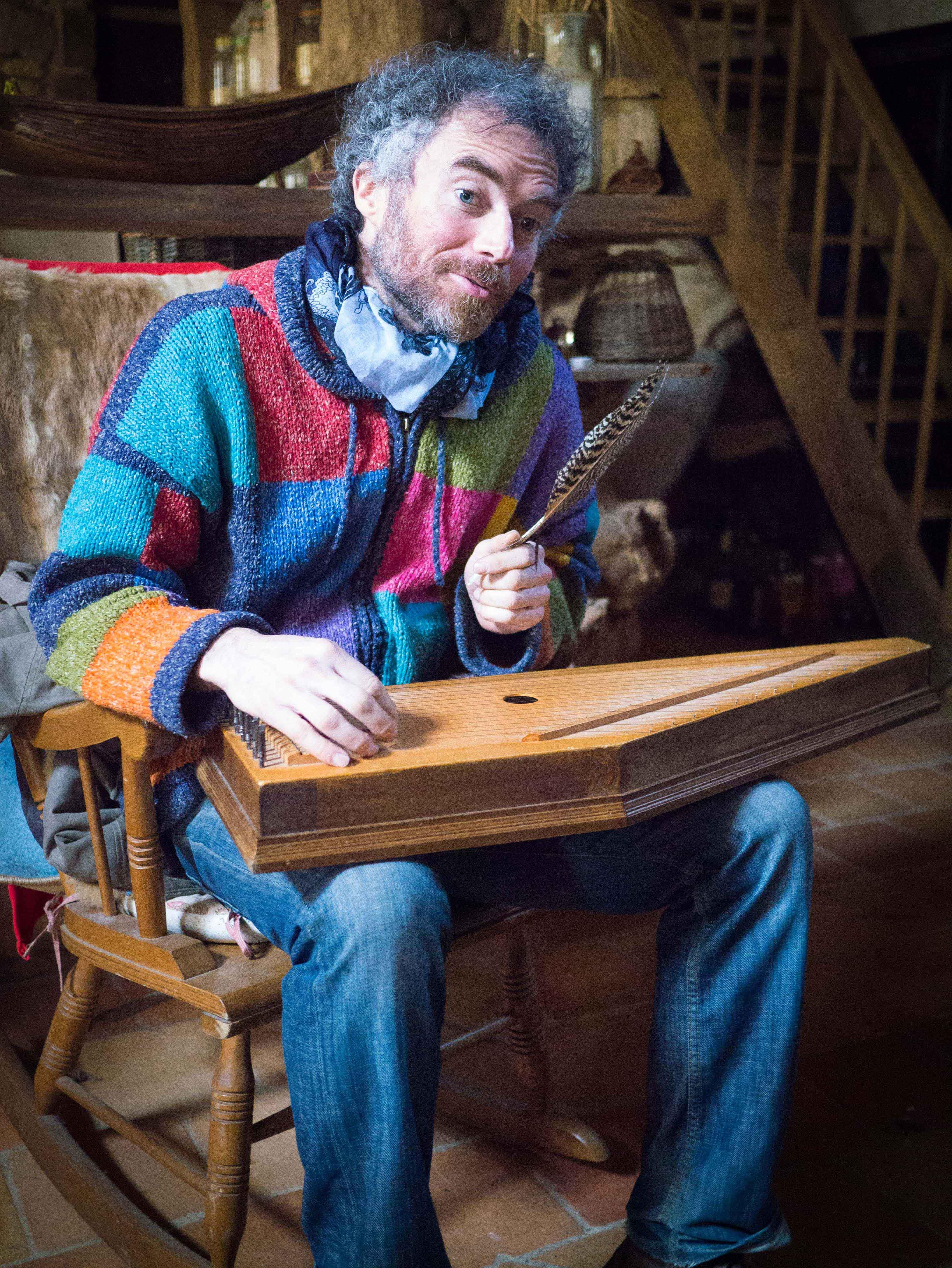 Chez lui, avec l'instrument « psaltérion »