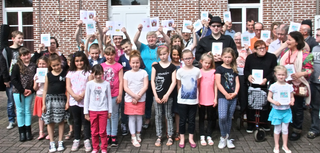 Enfants et auteurs lors de la sortie du livre