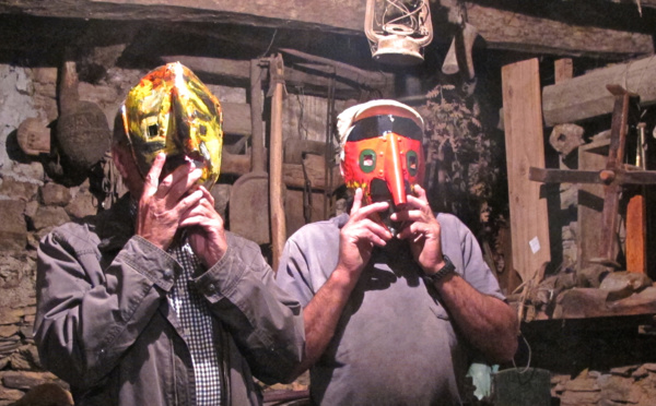 Les frères Tiza aiment avancer masqués