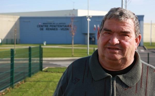 L'ex-détenu soutient les familles devant la prison