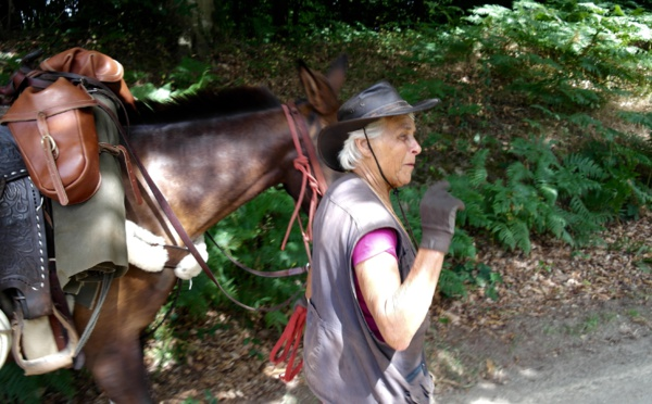 Viviane fait le tour de France avec Tina, sa mule.