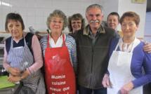 A la cuisine avec cinq des 75 bénévoles