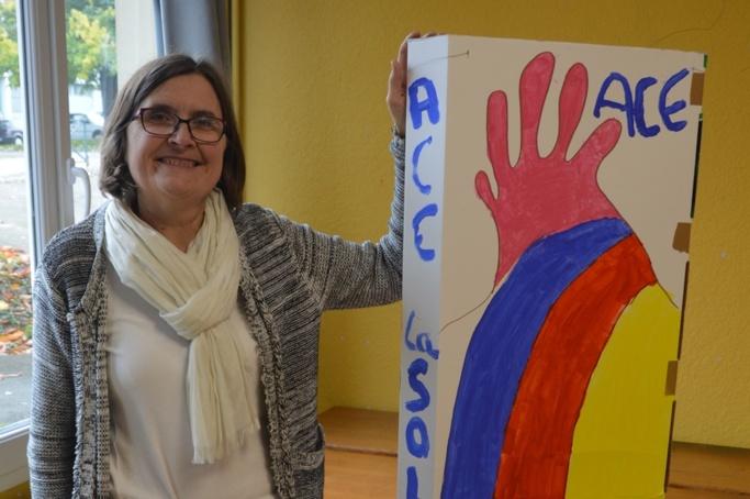 Bernadette Rubin présente l'un des dessins réalisés par le club de Villejean