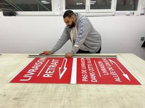 Au sein de l'imprimerie, Abdel assure différentes tâches: l'impression, le façonnage, la découpe (sur la photo), la pose...