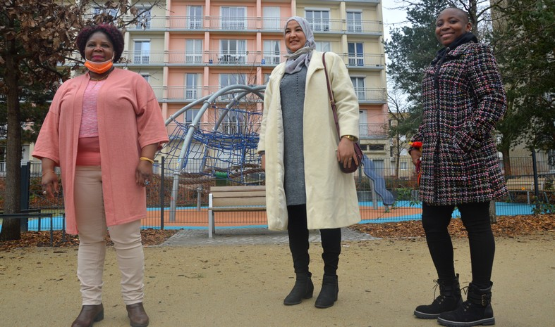 Martine Beaujouan,  Fatima Afrah, Régine Komokoli, trois des initiatrices du collectif Kune: «nous voulons montrer que les femmes venues d'ailleurs ont des savoir-faire». Pour la photo, elles ont accepté de tomber le masque.