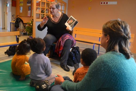 Monique Chaudron, montre les pages du livre et invite les enfants à dire quels animaux ils voient