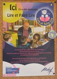 Une affichette de «Lire et Faire Lire» est apposée dans le hall de l'école Andrée Chédid
