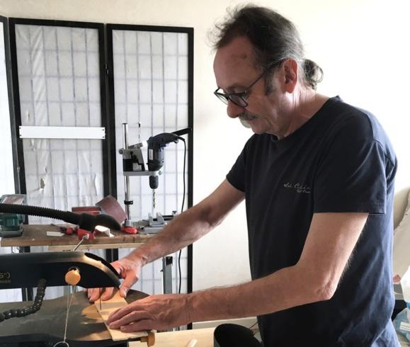 Il ponce, scie, peint, découpe, défait, refait, assemble: c'est dans son atelier que Philippe fabrique des jeux en bois pour le plaisir.