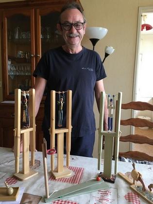 Sa passion pour le bois le pousse tous les jours à réaliser de nouveau modèle de jouets: pantin à bascule, mini basket…