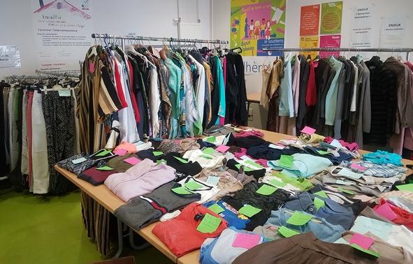 La bourse aux vêtements avant l'arrivée des acheteurs (photo Centre social)