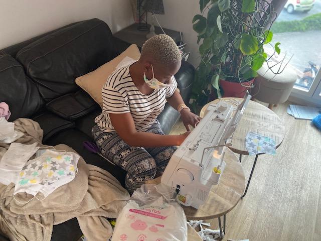 Régine Komokoli au travail sur sa machine à coudre.