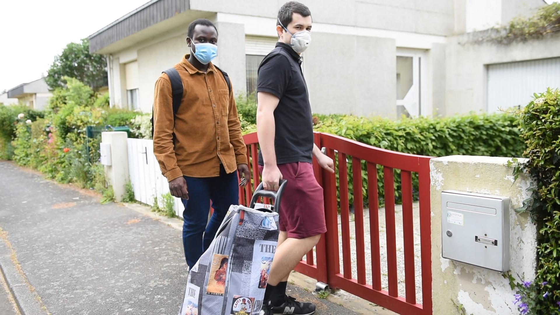 Un jour de confinement, deux étudiants, Moboladji Roger Alaye Djiman et Eliott Mels viennent livrer ses courses à une dame du quartier (capture d'écran d'une vidéo réalisée par Stéphanie Priou pour l Association Rennaise des Centres Sociaux)