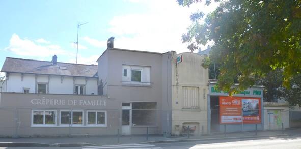 La crêperie et le bar, en août, avant leur destruction