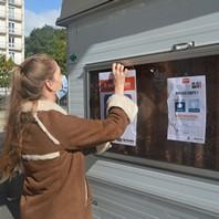 Laurane Aubrée affiche le projet sur la caravane