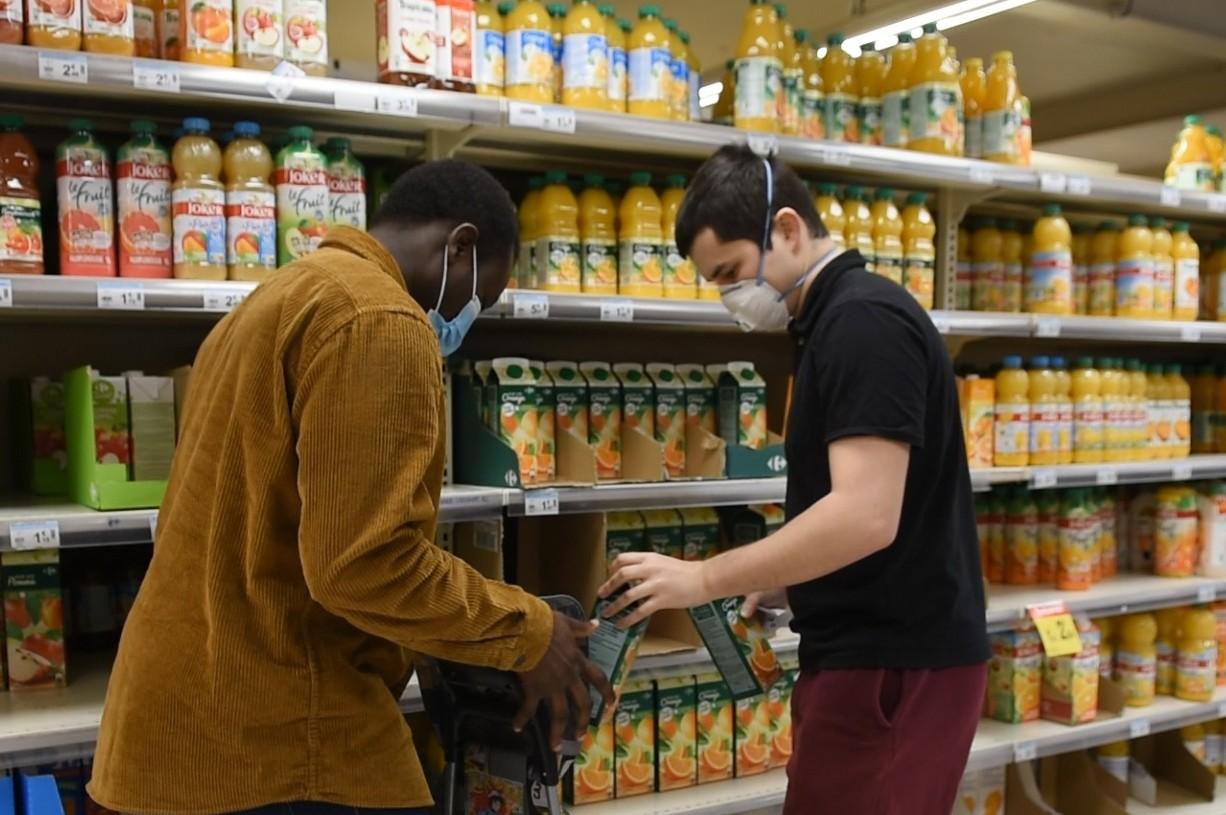 Un jour de confinement, Moboladji Roger Alaye Djiman et un autre étudiant Eliott Mels font les courses pour une dame du quartier (capture d'écran d'une vidéo réalisée par Stéphanie Priou pour l Association Rennaise des Centres Sociaux)